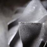 Mechanische Schäden am Rand der Schaufeln, welche durch den Kontakt mit Sand oder anderen Schmutzpartikeln verursacht wurden. Diese befinden sich in der Luft und werden mit angesaugt.