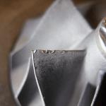 Mechanische Schäden am Rand der Schaufeln eines Kompressors durch den Zusammenstoß mit einem kleinen Gegenstand.