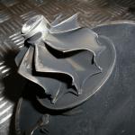 Panne mécanique des aubes de la turbine causée par un coup d`un corps étranger dur qui s`était trouvé dans les gaz d`échappement. Les défauts visibles à l`endroit de contact entre les aubes et les gaz d`échappement sortant du collecteur d`échappement du moteur.