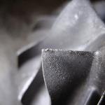 Panne mécanique de la face d`entrée des aubes causée par le contact avec des particules de sable ou de sel contenues dans l`air aspiré.