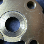 Axiális csapágy meghibásodása - Karcolások a csapágy csúszófelületén a motorolajban lévő szennyeződések miatt.