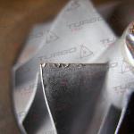 Uszkodzenie mechaniczne łopatek sprężarki spowodowane uderzeniem ciała obcego o niewielkich rozmiarach.